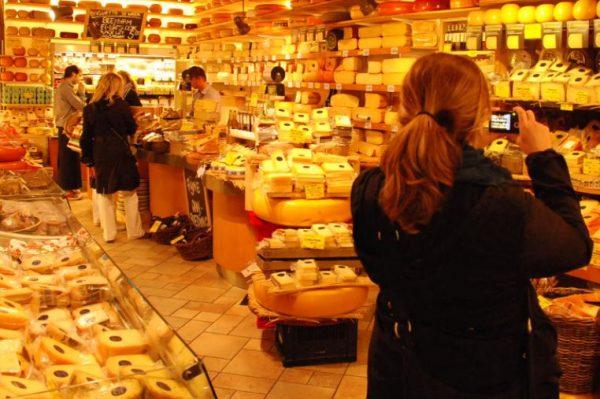 Verrast door besluit 'Amsterdamse binnenstad op slot voor toeristenwinkels'